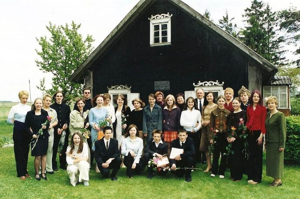 Mokyklos baigimo pažymėjimų įteikimas                J. Pakalnio tėviškėje Veselkiškėse